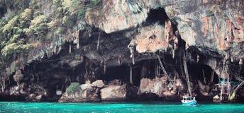 泰国海岛洞和小船 库存照片