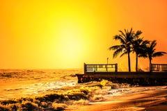 泰国海洋海滩与棕榈树的日落时间 免版税图库摄影