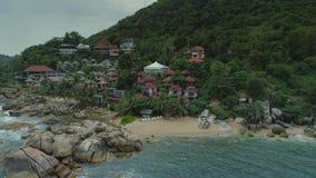 泰国海islalnd海滨别墅寄生虫飞行、狂放的山自然树和棕榈旅馆依靠 股票视频