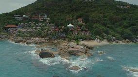 泰国海islalnd海滨别墅寄生虫飞行、狂放的山自然树和棕榈旅馆依靠 影视素材