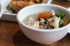 泰国清楚的辣热&酸汤鱼(Tomyum) 库存图片