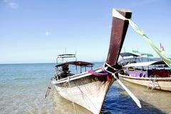 泰国渔夫的小船在Ao中Nang水域靠岸 免版税库存图片