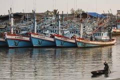泰国渔船队在Chumpon港口安全地停泊了在钓鱼以后 库存图片