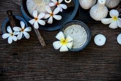 泰国温泉按摩压缩球、草本球和治疗温泉与花,泰国 健康的概念 免版税库存图片