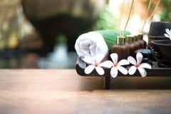 泰国温泉按摩压缩球,草本球和治疗温泉,放松和与花,泰国的健康关心 免版税库存图片