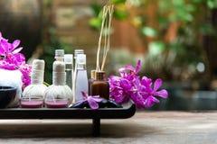 泰国温泉治疗芳香疗法盐和糖洗刷并且晃动与兰花花的按摩在木白色 健康的概念 警察 库存图片