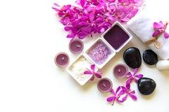 泰国温泉治疗芳香疗法盐和糖洗刷并且晃动与兰花花的按摩在木白色 健康的概念 免版税库存照片