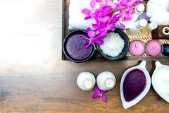 泰国温泉治疗芳香疗法盐和糖洗刷并且晃动与兰花花的按摩在木白色 免版税库存图片