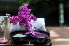 泰国温泉治疗芳香疗法盐和糖洗刷并且晃动与兰花花的按摩在木白色 免版税图库摄影