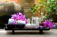 泰国温泉治疗芳香疗法盐和糖洗刷并且晃动与兰花花的按摩在木白色 免版税库存照片