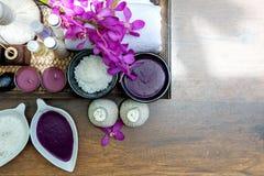 泰国温泉治疗芳香疗法盐和糖洗刷并且晃动与兰花花的按摩在木 图库摄影