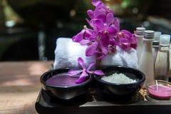 泰国温泉治疗芳香疗法盐和糖洗刷并且晃动与兰花花的按摩 健康的概念 库存照片