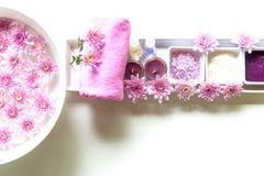 泰国温泉治疗芳香疗法盐和糖洗刷并且晃动与桃红色花的按摩在木白色 图库摄影