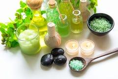 泰国温泉治疗芳香疗法盐和自然绿色糖洗刷并且晃动与绿色兰花花的按摩在木白色机智 免版税库存图片