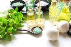 泰国温泉治疗芳香疗法盐和自然绿色糖洗刷并且晃动与绿色兰花花的按摩在木白色机智 库存图片