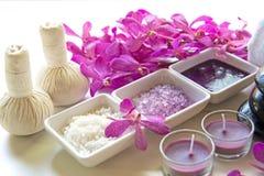 泰国温泉治疗芳香疗法盐和糖洗刷并且晃动与兰花花的按摩在木白色 健康的概念 免版税库存图片