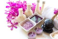 泰国温泉治疗芳香疗法盐和糖scup和岩石按摩与兰花在木白色开花 健康的概念 复制 库存图片
