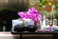 泰国温泉治疗芳香疗法盐和糖scup和岩石按摩与兰花开花 健康的概念 复制空间, 免版税库存照片