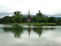 泰国湖的stupa 免版税图库摄影
