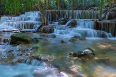 泰国瀑布在Kanjanaburi, Huay Mae Kamin 免版税库存图片