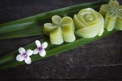 泰国点心分层堆积投入在amaryllifolius来叶子有在桌木头安置的此外白花的露兜树的甜点蛋糕 库存照片