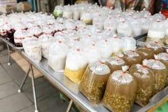 泰国点心品种在塑料袋的出售的在Sutthisan市场,曼谷,泰国上 库存照片