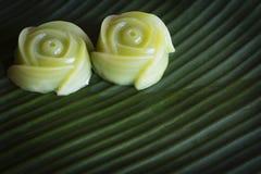 泰国点心在香蕉叶子背景分层堆积甜点结块 免版税库存图片