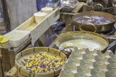 泰国点心或Bua在竹盘子的loi,饺子米饭团和椰奶 图库摄影