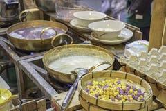 泰国点心或Bua在竹盘子的loi,饺子米饭团和椰奶 免版税图库摄影