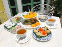 泰国点心茶时间在白色桌上设置了 图库摄影