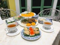 泰国点心茶时间在白色桌上设置了 免版税库存图片
