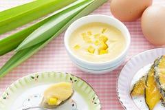 泰国点心,在蓝色碗的蒸的乳蛋糕有成份的 库存照片