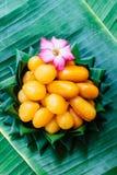 泰国点心,在香蕉的泰国甜点生叶 免版税库存图片