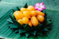泰国点心,在香蕉的泰国甜点生叶 免版税图库摄影