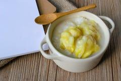 泰国点心,泰国烹调,黏米饭用在木头后面的留连果 免版税库存图片
