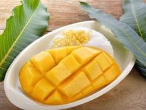 泰国点心,糯米用在木背景的芒果 免版税库存照片