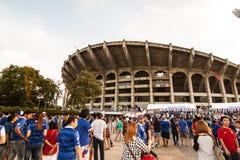 泰国爱好者等待足球比赛 免版税图库摄影