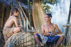 泰国父亲和儿子工作手工制造篮子竹子或f 免版税库存照片