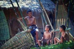 泰国父亲和儿子工作手工制造篮子竹子或f 免版税库存图片