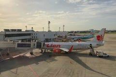 泰国狮子航空公司装货货物到飞机里 库存照片