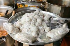 泰国甜椰子饺子,出售的Khanom汤姆在Sutthisan市场,曼谷,泰国上 免版税库存照片