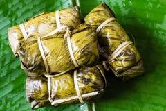 泰国甜点束与香蕉装填或Kao汤姆泥的软糊状食物 免版税库存照片