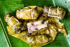 泰国甜点束与香蕉装填或Kao汤姆泥的软糊状食物 库存图片