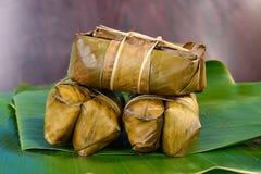 泰国甜点束在香蕉叶子的软糊状食物 库存照片