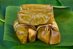 泰国甜点束在香蕉叶子的软糊状食物 免版税库存照片