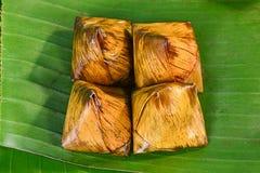 泰国甜点束在香蕉叶子的软糊状食物 库存图片
