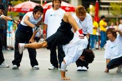 泰国男性Breakdancers一递了手倒立 库存图片