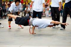 泰国男性Breakdancers一递了板条 免版税库存图片