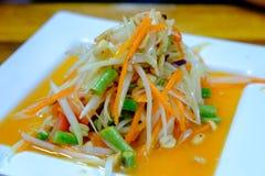 泰国番木瓜沙拉投入了豆、蕃茄和花生 免版税库存图片