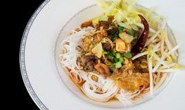泰国白色面条用在白色板材的辣猪肉 免版税库存照片